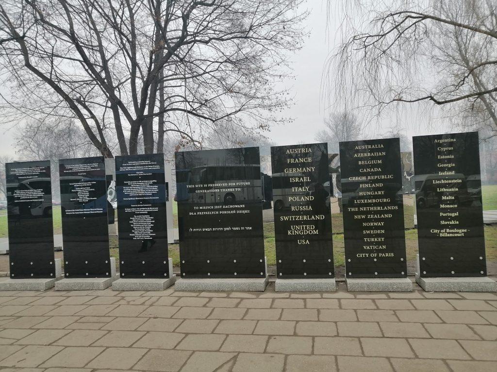 Мемориальные таблички у входа на территорию бывшего концлагеря.