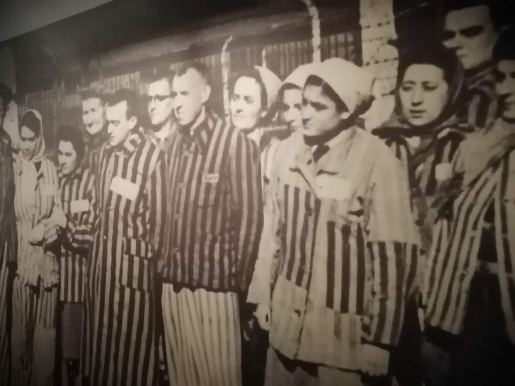 Заключённые в спецодежде.