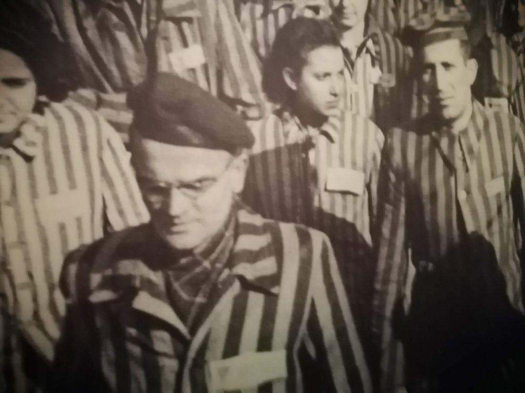 Заключенные евреи в полосатой одежде. Они надеялись выжить.